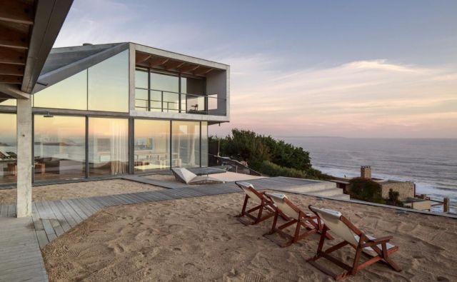 Hiša stoji na hribu nad peščeno plažo, obrnjena je proti morju, tako da ima iz večine prostorov čudovite razglede na morje in romantične sončne zahode.