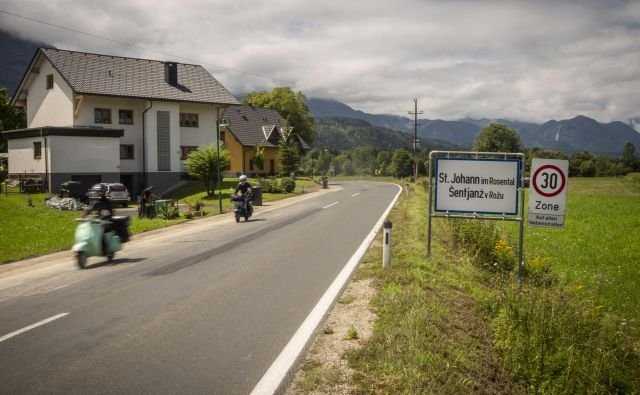 Dvojezične table v okolici Celovca. FOTO: Voranc Vogel