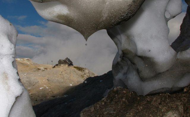 Kredarica izpod zgornjega roba Triglavskega ledenika. FOTO: Miha Pavšek/arhiv Giam Zrc Sazu