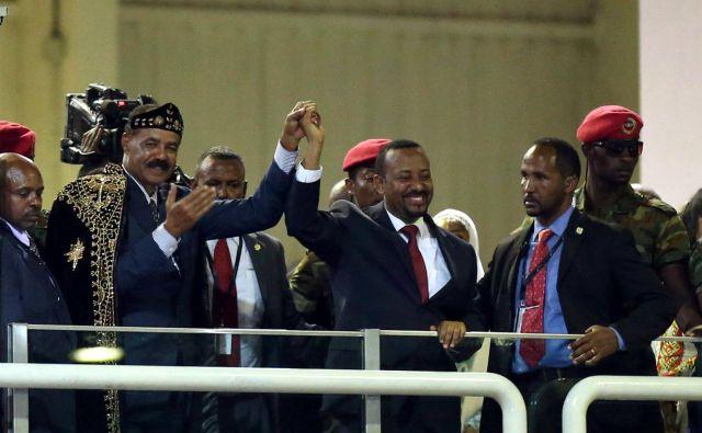 Eritrejski predsednik Isaias Afwerki (levo) in etiopski premier Abiy Ahmed sta na koncertu proslavila konec večletne sovražnosti med državama. FOTO: Reuters