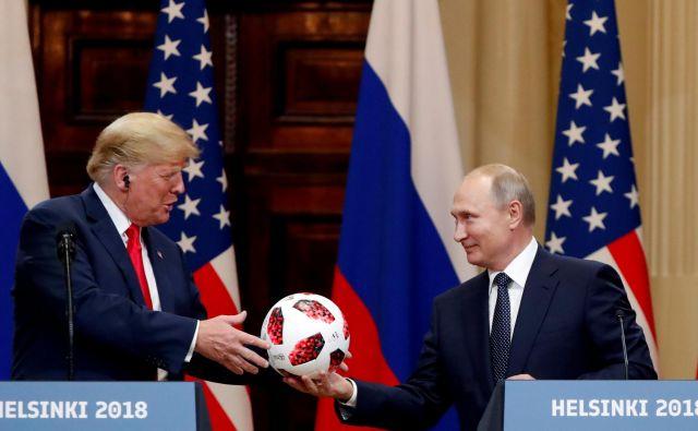 Ruski predsednik Putim je svojemu ameriškemu kolegu Trumpu med skupno novinarsko konferenco podaril nogotmetno žogo. FOTO: Grigory Dukor/Reuters