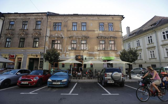 Vogalno stavbo Levstikov trg 9-Stiška ulica 1- Gallusovo nabrežje 35 bodo prenavljali po devetih letih priprav. FOTO: Leon Vidic