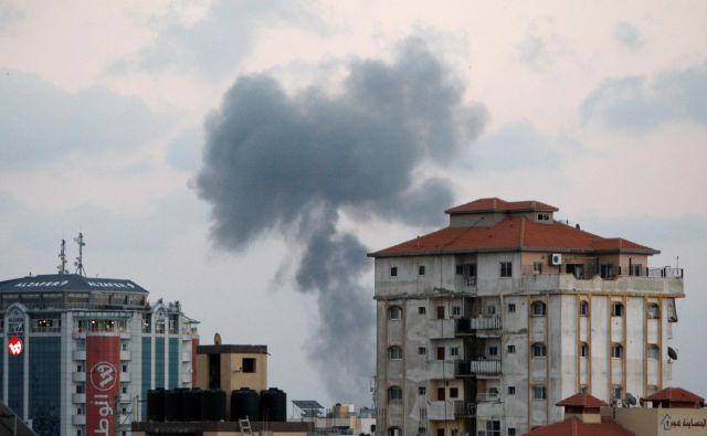 Dim v Gazi po izraelskem obstreljevanju. FOTO: Ahmed Zakot/Reuters