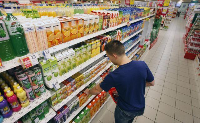 Če potrošnik s težavo najde pravo polico, potem se mu še manj ljubi brati deklaracije na izdelkih. Foto Mavric Pivk