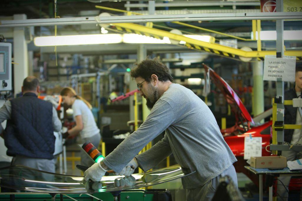 Število zaposlenih se še naprej povečuje