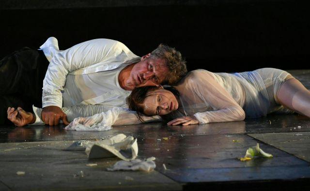 Že skoraj od začetka festival ne mine brez uprizoritve duhovne drame Huga von Hofmannsthala <em>Slehernik</em>. Na fotografiji Tobias Moretti in Mavie Hoerbinger med vajo. Foto AFP