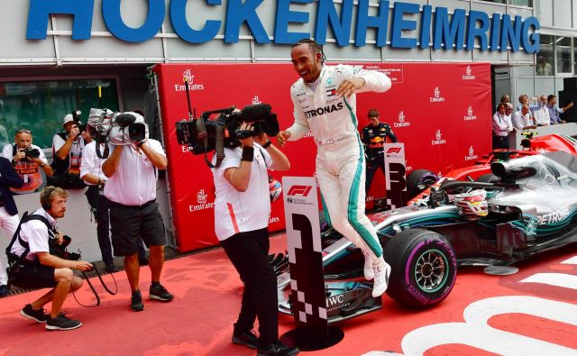 Lewis Hamilton se je veselil pred nemškimi navijači. FOTO: AFP