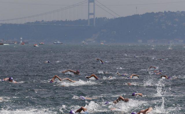 Plavalci na poti iz azije v Evropo.FOTO: Lefteris Pitarakis/Ap