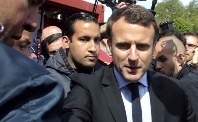 Emmanuel Macron aprila s svojim telesnim stražarjem Alexandrom Benallejem. FOTO: Thibault Camus/Ap