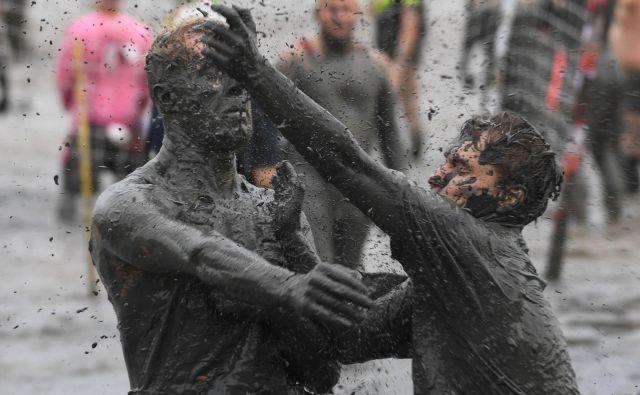 """V nemškem mestu Brunsbuettel so organizirali blatne igre (""""Wattoluempiade""""), ki se jih je udeležilo več kot 400 tekmovalcev iz Švice, Nemčije in Češke. Udeleženci so se pomerili v več disciplinah kot so rokomet, blatna dirka, odbojka in nogomet.Foto Patrik Stollarz Afp"""