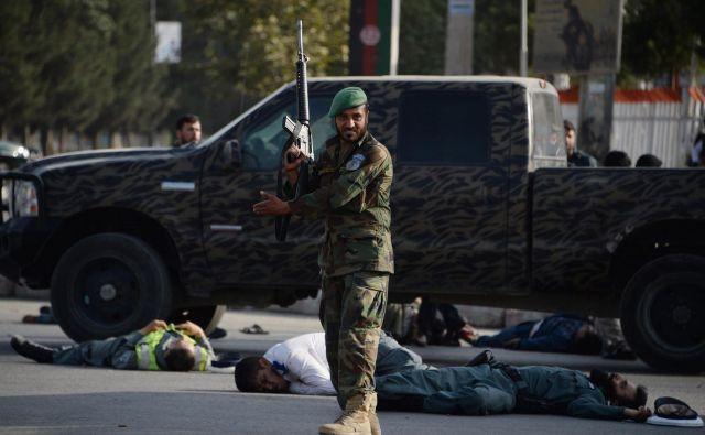 Število žrtev je naraslo na 23, najmanj 107 oseb je ranjenih. FOTO: AFP