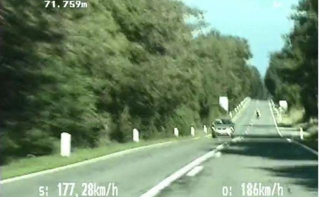 Motorist je najprej divjal po avtocesti in zatem še po regionalni cesti. FOTO: Policija