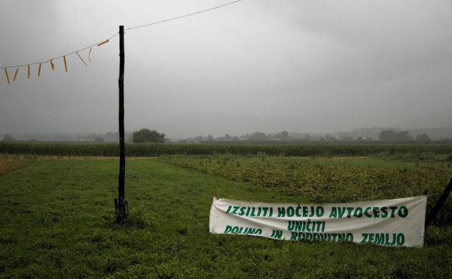 Napis na polju ob cesti pred Braslovčami. FOTO: Brane Piano