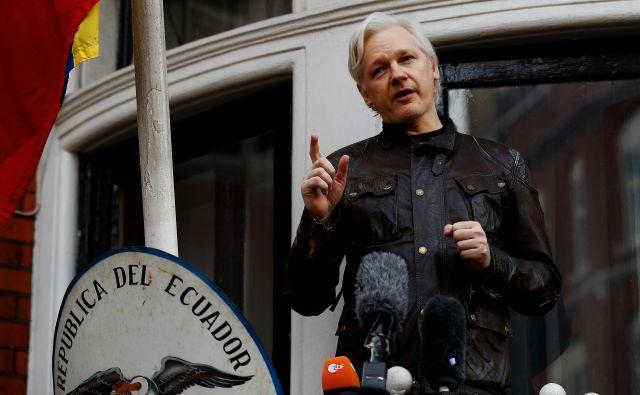 Ustanovitelj Wikileaksa Julian Assange med govorom na balkonu ekvadorskega veleposlaništva v Londonu maja lani. FOTO: REUTERS/Peter Nicholls