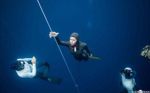 Alenka Artnik se je specializirala za potope s plavutjo, pri katerih apneisti dosegajo največje globine. Foto osebni arhiv