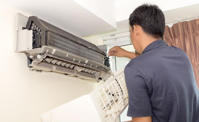Med rednim servisom klimatske naprave preverijo in očistijo vse njene dele. Če boste napravo, ki je še v garancijskem roku, popravljali sami, garancija ne bo več veljala.