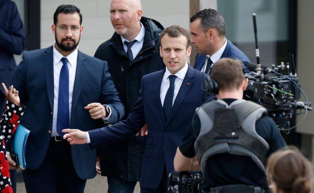 Francoski predsednik emmanuel Macron in njegov tesni sodelavec Alexandre Benalla (levo) FOTO: AFP