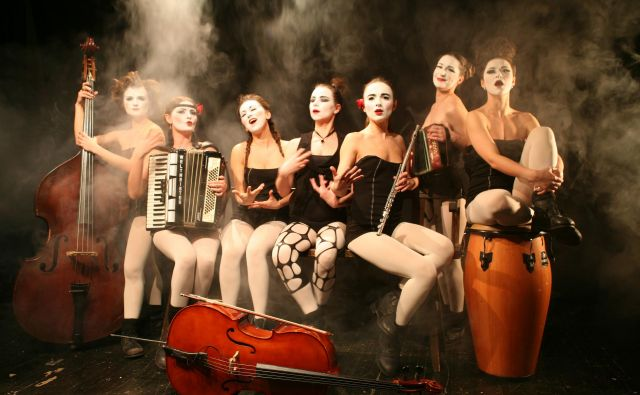 Ukrajinska glasbeno-gledališka zasedba Dakh Daughters, ki jo nekateri kritiki primerjajo s kultno britansko zasedbo The Tiger Lillies. FOTO: Tetiana Vasylenko