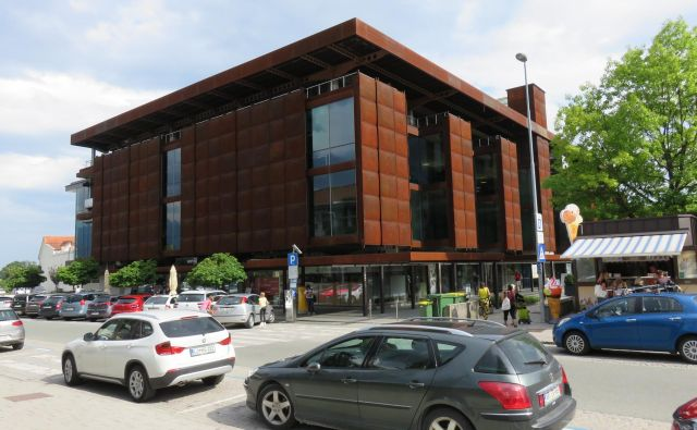 Nekdanji Globus v Kranju čaka na novega lastnika in na boljše čase. Foto Blaž Račič/Delo
