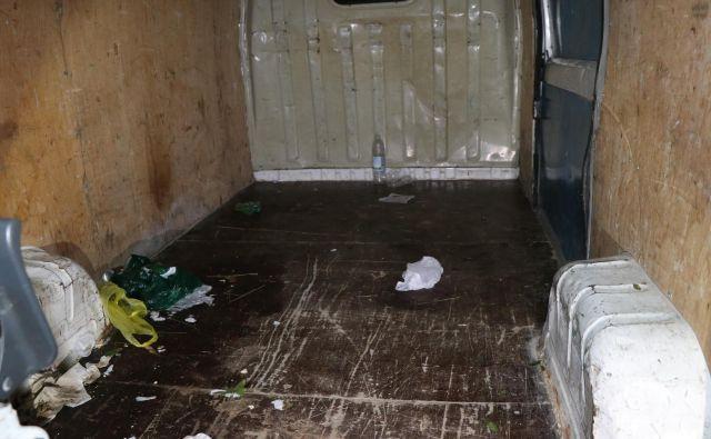 Notranjost kombija, v katerem se je gnetlo 31 ljudi. FOTO:PU Novo mesto