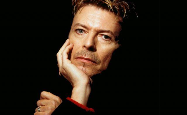 David Bowie je bil eden najvplivnejših angleških umetnikov sodobnega časa, njegov glasbeni, filmski in likovni razvoj pa je izrazito zaznamoval njegovo okolico, in to pet desetletij. FOTO: Fb