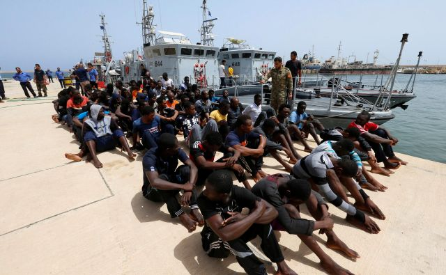 Migranti, ki jih je zajela libijska obalna straža.<br /> FOTO REUTERS