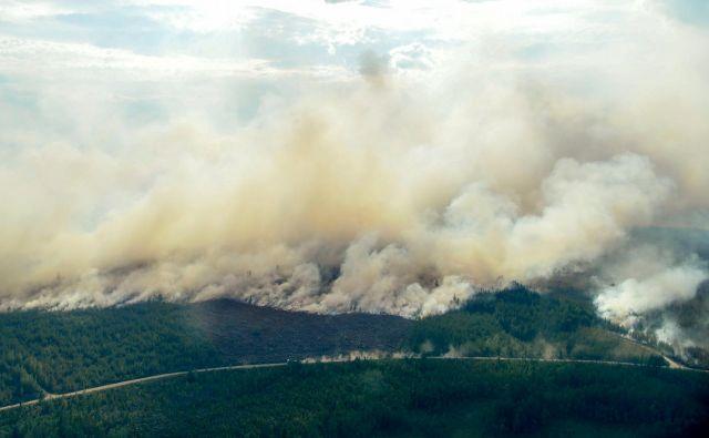 Pogled na požar v okolici Ljusdala. FOTO: Reuters