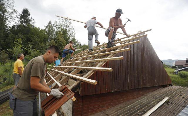 Popravljanje streh zaradi škode, ki so jo zaradi toče utrpeli v kraju Lokve pri Črnomlju. FOTO: Leon Vidic