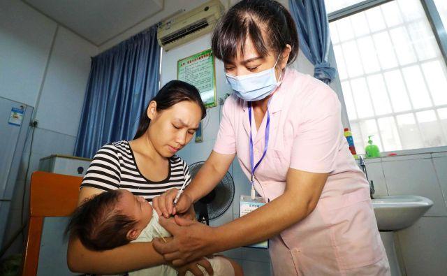 O več sto tisoč ampulah s cepivi, s katerimi bi morali zaščititi kitajske otroke pred nevarnimi nalezljivimi boleznimi, se je pokazalo, da so neuporabne. FOTO: AFP