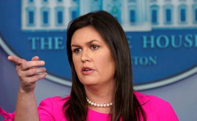 V ponedeljek je tiskovna predstavnica Bele hiše Sarah Sanders prebrala seznam šestih imen, ki naj bi jim odvzeli dostop do zaupnih podatkov. FOTO: Kevin Lamarque/Reuters