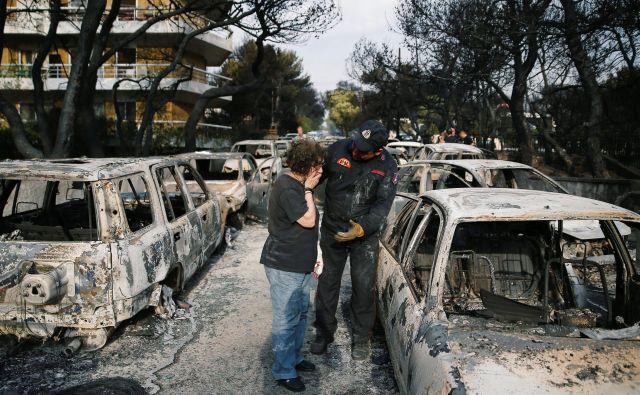 Obupani ljudje iščejo svoje sorodnike in prijatelje na pogoriščih. FOTO: Costas Baltas/Reuters