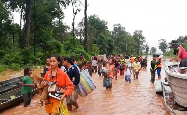 Oblasti so pebivalce blizu elektrarne začele evakuirati, a je jez popustil, preden so vse lahko spravili na varno. FOTO: Social Media/Reuters
