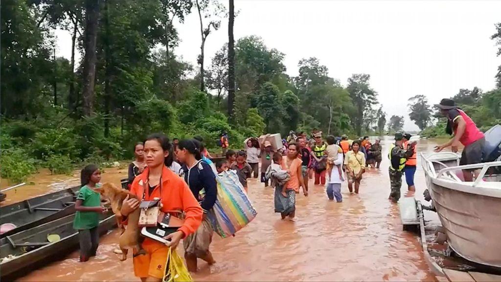 FOTO:Po zrušenju jezu 26 mrtvih, številni še pogrešani (FOTO)