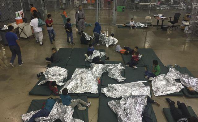 Iz centrov, v katere so nastanili od staršev ločene otroke, prihajajo zgodbe otrok o velikih travmah. FOTO: Handout AFP