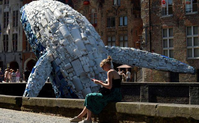 Umetniško delo, ki opozarja na problematiko platičnih odpadkov. FOTO: AFP