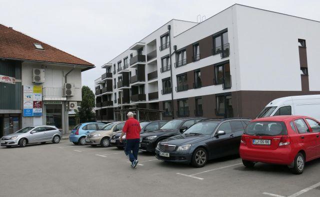 Ob Agrokombinatski v Zalogu so zgradili nov blok z mestnimi neprofitnimi stanovanji. Ključe bodo predajali v kratkem. FOTO: Janez Petkovšek