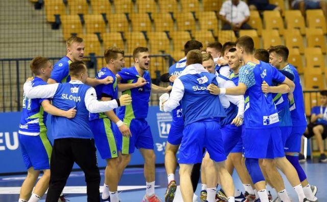 Slovenski rokometni mladci so se prešerno razveselili uvrstitve v polfinale evropskega prvenstva. Foto Facebook Euro 2018