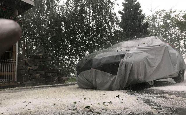 Nevihtno vreme je med drugim prizadelo Otočec, Belo Cerkev, Šentjernej, Šmarjeto, Šmarješke Toplice in ostale kraje. FOTO: Dolenjskanews