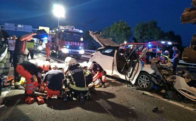 Vozilo, v katerem je bilo pet oseb, je bilo močno uničeno. FOTO: PGD Postojna
