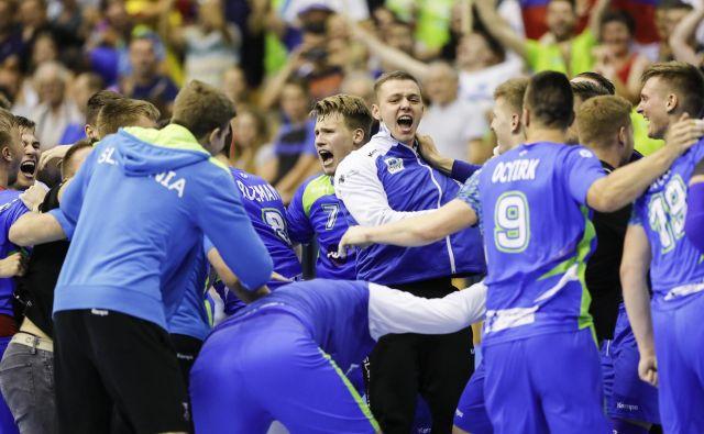 Veselju slovenskih rokometnih upov po uvrstitvi v finale EP ni bilo konca. Foto Uroš Hočevar