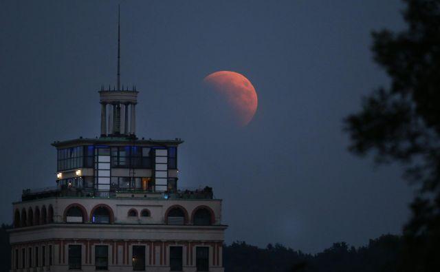 Lunin mrk za ljubljanskim Nebotičnikom. FOTO: Matej Družnik/Delo