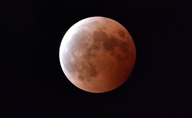 Današnji lunin mrk bo najdaljši v tem stoletju. FOTO: Yoshikazu Tsuno/AFP