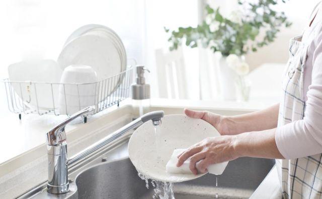 Koliko sredstva za pomivanje posode potrebujete, ko pomivate krožnike?