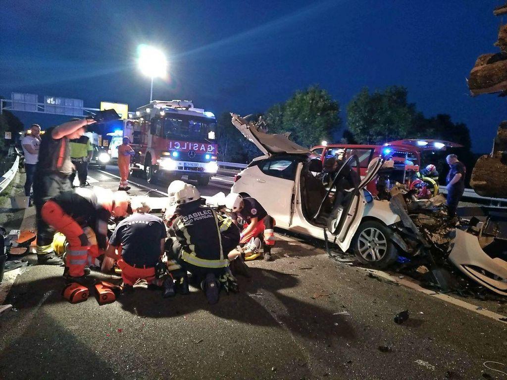 Huda nesreča, trije ostali ukleščeni v avtomobilu