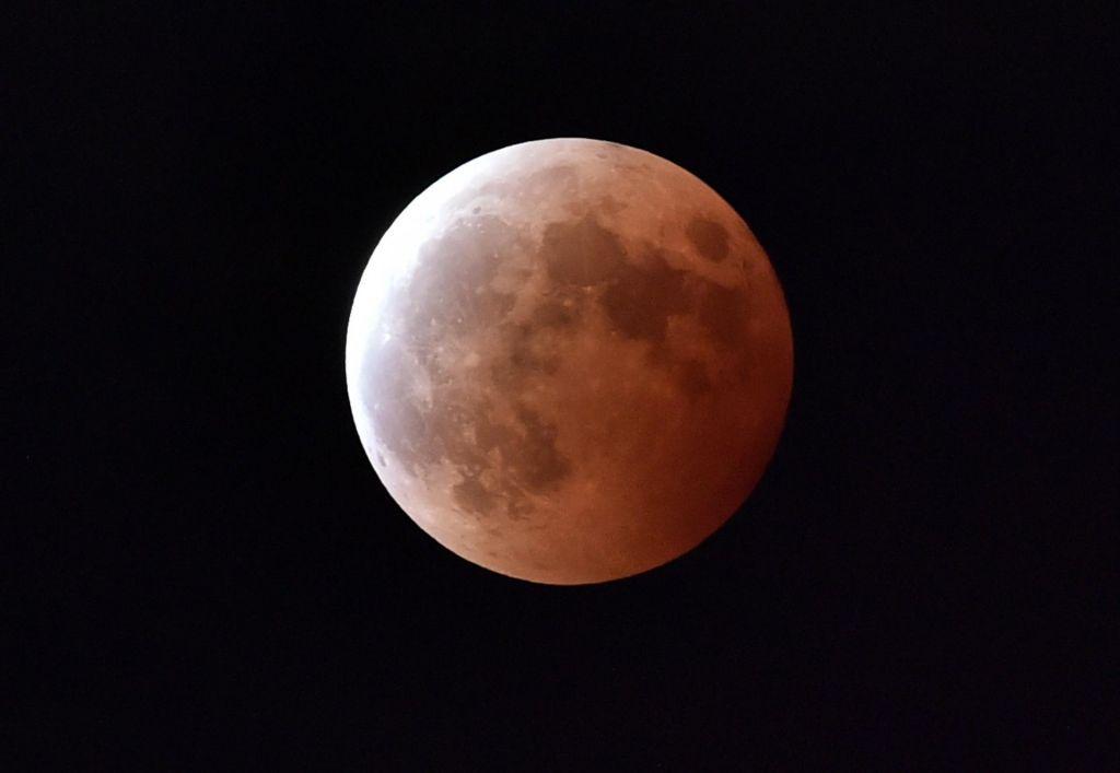 Nocoj najdaljši popolni lunin mrk v tem stoletju