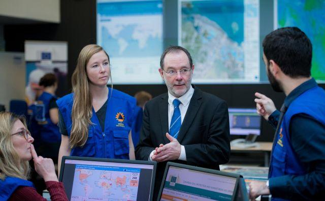 Zaposleni v Središču za odzivanje v izrednih razmerah v Bruslju v realnem času zbirajo informacije, spremljajo nevarnosti ter v sodelovanju s članicami usklajujejo odziv na naravne nesreče ter razporejajo sredstva. FOTO: evropska komisija DG-Echo