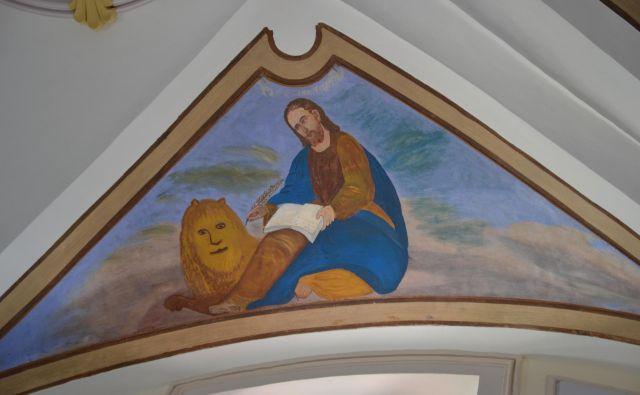 Obnovo prizorov štirih evangelistov na stropu prezbiterija gabroviške cerkve je župnija zaupala domačemu mojstru. FOTO: Minka Osojnik/fotodokumentacija ZVKDS OE Nova Gorica