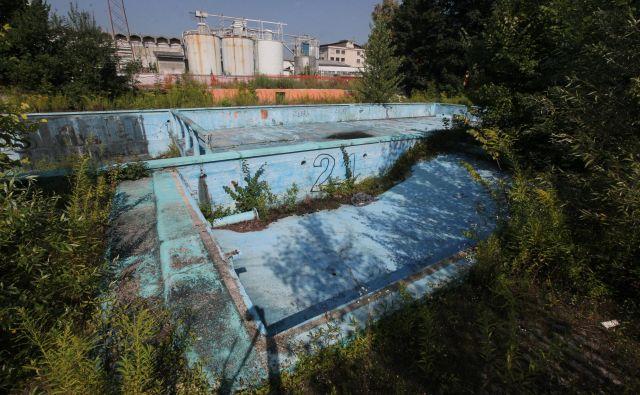 Propadajoči bazen na Vevčah. FOTO: Mavric Pivk