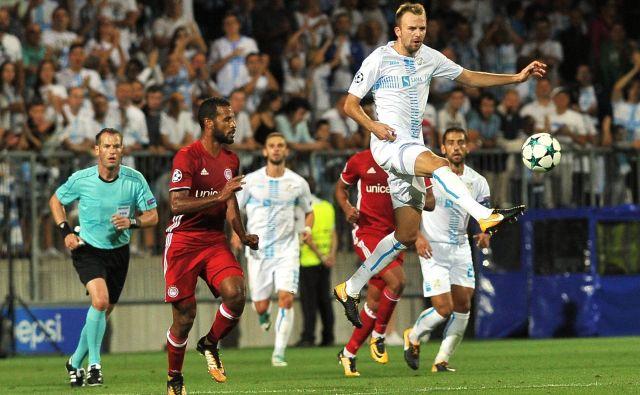 Rečane (v belih dresih) je v pohodu na ligo prvakov pred enim letom ustavil Olympiakos.<br /> FOTO Reuters