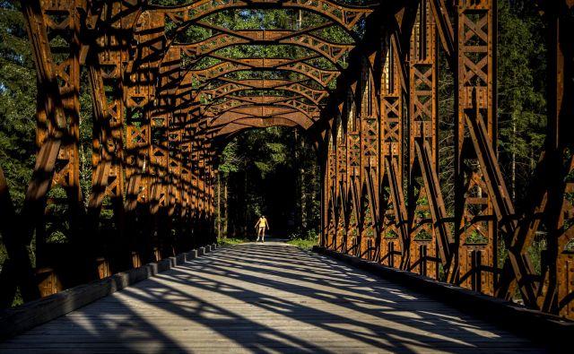 Sence preteklosti, ko je tod peljala železna cesta.<br /> FOTO Voranc Vogel